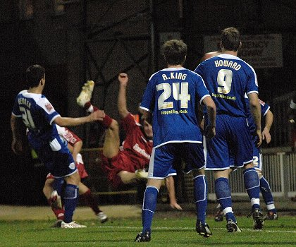 Barry Corr makes it 2-2 in the 86th minute - Swindon V Leicester 15 Nov 2008
