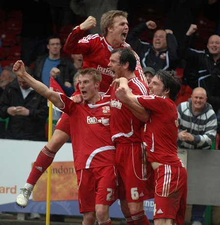 Gordon Greer celebrates with Swindo players after scoring injury time equaliser against Norwich