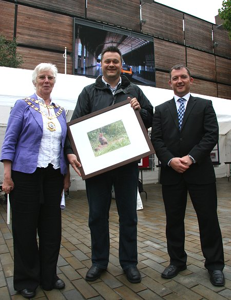 inSwindon phot winner Stacy Woodhouse with judges Swindon mayor Ray Ballman and inSwindon CEO Simon Jackson